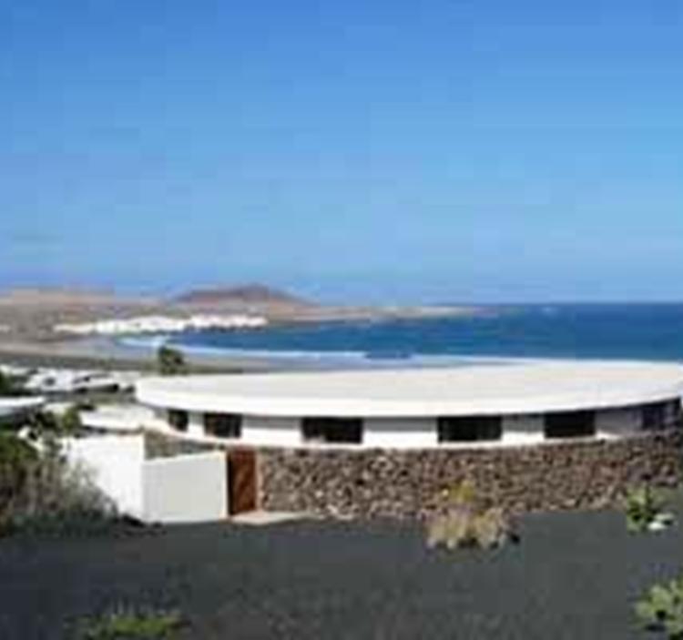 Aprender surf en Famara, joya secreta de Lanzarote