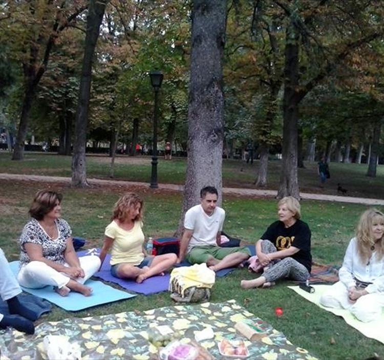 con Reiki, meditación, merienda y amigos